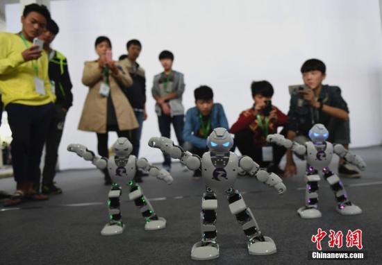 资料图:图为家庭娱乐机器人展示舞蹈功底。 周毅 摄