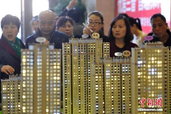 2016年一季度,中国楼市呈现迅速回升态势。随着一系列楼市新政出台,在一线城市楼市行情的带动下,二线城市太原的开发商推盘量和新盘入市量大大增加,市场活跃度明显提升。业内人士表示,供应回暖的主要原因,除了受到去库存调控的影响,另一方面,市场仍然受到刚性需求和首次改善型置业需求的强烈拉动。图为3月5日,山西太原民众选购商品房,该楼盘部分户型已经售罄。 中新社记者 韦亮 摄