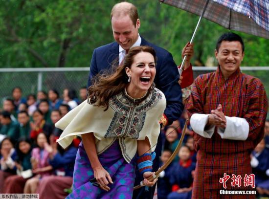 """本地时刻2016年4月14日,不丹廷布,在Changlimithang射箭场上,威廉王子与凯特王妃加入传统的""""库如""""(Khuru)流动。"""