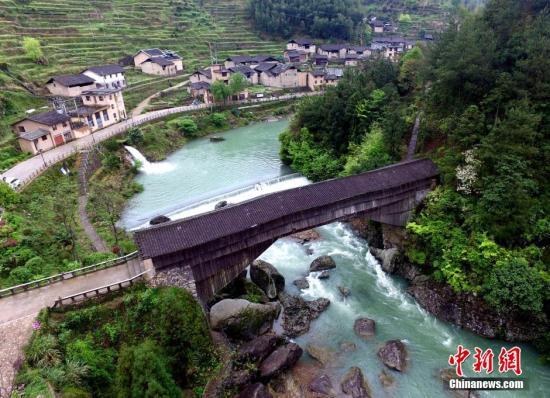 资料图:航拍山水环绕的福建山区县寿宁,下党乡的木拱廊桥。 王东明 摄