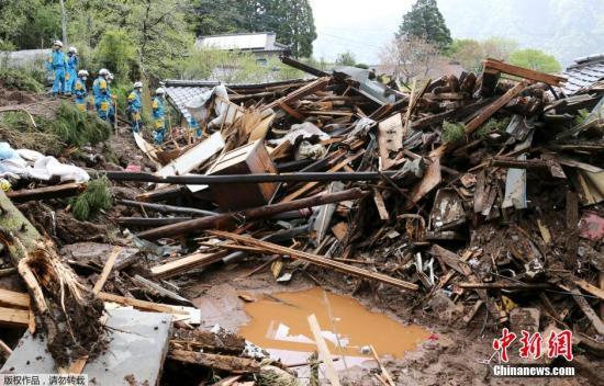 熊本地震引发阿苏郡山体滑坡,多座房屋被毁。日本气象厅说,此次连环强震伴随大量余震,尽管灾区17日天气转晴,但灾民应继续防范山体滑坡等次生灾害。