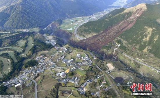 资料图:日本九州于当地时间4月16日凌晨发生里氏7.3级地震。图为日本熊本县南阿苏城附近山体因地震导致滑坡。