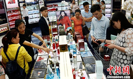 资料图:海南三亚,游客在三亚国际免税城购买免税商品。<a target='_blank' href='http://xhme8.com/'>中新社</a>记者 尹海明 摄