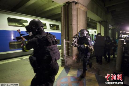 当地时间4月20日,法国三大反恐王牌部队――国家宪兵特勤队(GIGN)、国家警察黑豹突击队(RAID)和侦缉行动特勤组(BRI)在巴黎地铁站举行联合反恐演习。法国内政部长卡泽纳夫抵达现场并观看了演习效果。