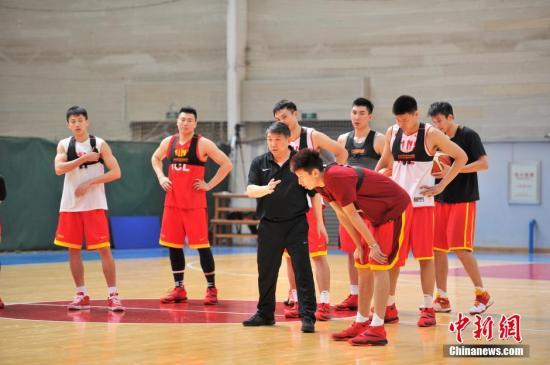 资料图:为备战里约奥运会,中国男篮球员在主教练宫鲁鸣带领下,来到云南昆明海埂训练基地,在这里进行为期22天的高原训练。<a target='_blank' href='http://vyif.cn/'>中新社</a>记者 刘冉阳 摄