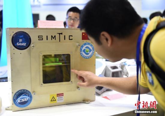 4月21日,第十二届中国重庆高交会暨第八届国际军博会在重庆南坪会展中心开幕,空间在轨3D打印机亮相,吸引市民一探究竟。据悉,该打印机采用FDM技术,完成了中国首次微重力环境下的3D打印试验。<a target='_blank' href='http://www.chinanews.com/'>中新社</a>记者 周毅 摄