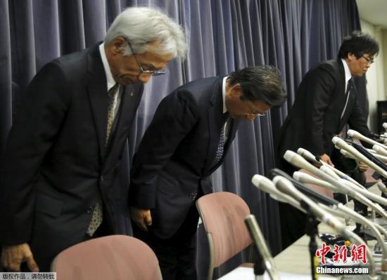 材料图:4月20日,日本东京,三菱汽车社长相川哲郎(左二)就三菱汽车供认支配燃油经济性测验后果,列席新闻公布会并道歉。