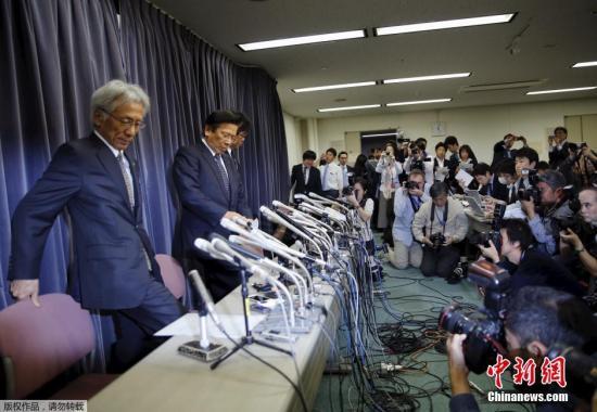 4月20日,日本东京,三菱汽车社长相川哲郎(左二)列席期货配资 公布会。据媒体报导,三菱汽车供认支配燃油经济性测验后果,存在违规的汽车在承受正轨测验时油耗会添加5%至10%摆布。依据该公司布告,受作用车型囊括供给日产汽车的车型。两家公司正在紧迫商量抵偿事件。三菱还在对外洋车辆停止审查。