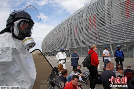 """当地时间2016年4月21日,法国多地举行反恐演习。法国总理瓦尔斯在当地时间4月20日表示,法国仍然面临恐怖主义威胁,同时要举办好欧洲足球杯比赛和环法自行车大赛,因此政府将把目前的""""紧急状态""""继续延长到7月底。"""