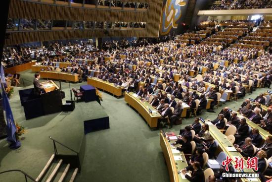 资料图:4月22日,各国签署《巴黎协定》现场。   <a target='_blank' href='http://www.ricasputas.com/'>中新社</a>记者 廖攀 摄