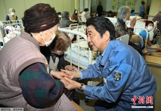 当地时间2016年4月23日,日本首相安倍晋三前往熊本县南阿苏村临时安置点激励灾民。