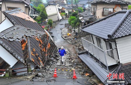 日本熊本大地震给地处震中区域的益城町带来惨重破坏。记者 王健 摄
