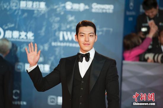 韩国演员、模特金宇彬亮相红毯。 中新网记者 翟璐 摄