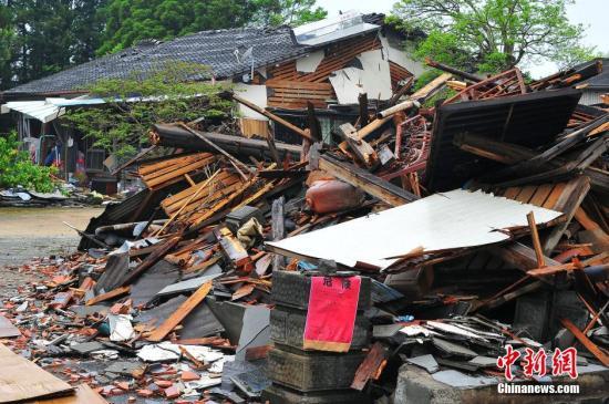 4月24日拍摄的日本熊本地震震中灾区益城町一带建筑损毁严重。 记者 王健 摄