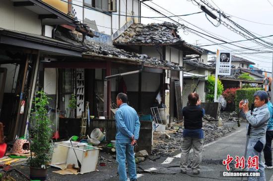 资料图:日本熊本地震震中灾区益城町一带建筑损毁严重。 记者 王健 摄