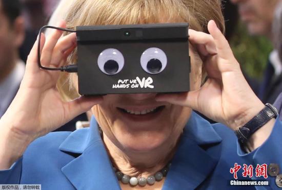 当地时间2016年4月25日,德国汉诺威,美国总统奥巴马在德国总理默克尔的陪同下出席并参观了汉诺威工业博览会,对各种新奇的工业装置兴趣十足。