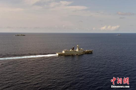 资料图:海军第二十三批护航编队抵达亚丁湾东部海域,与第二十二批护航编队大庆舰会合。中新社发 张海龙 摄