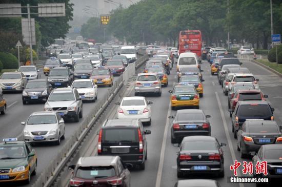 资料图:车辆行驶在公路上。/p记者 李泊静 摄