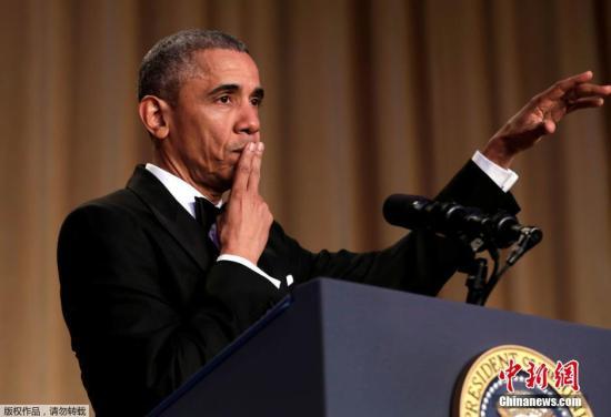 """资料图:2016年,美国总统奥巴马在他最后一次的白宫记者协会晚宴上,再一次段子手上身,不但挑衅各大媒体,对希拉里、特朗普等正激烈竞争总统宝座的候选人们也少不了通通黑了个遍。最后他当然不忘自黑,以致敬退役篮球选手科比的方式扔掉麦克风,说出""""Obama Out"""",随后大步流星的走下舞台。"""