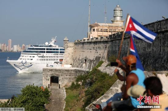 """当地时间2016年5月2日,美国""""阿多尼亚""""号邮轮当地时间2日抵达古巴首都哈瓦那。这是美古关系""""破冰""""以来美国驶往古巴的首艘邮轮。搭载着700多名乘客的""""阿多尼亚""""号邮轮5月1日下午从美国佛罗里达州迈阿密启航,当地时间2日上午在哈瓦那靠岸。靠岸时,邮轮上的广播系统播放着萨尔萨舞曲,许多游客站在甲板上挥舞美古两国国旗。"""