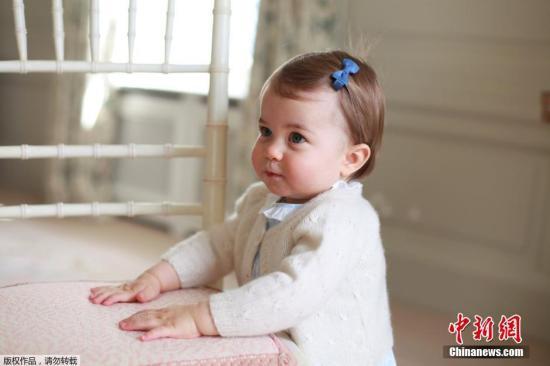 本地时刻2016年5月1日,为庆贺5月2日夏洛特公主满一岁,凯特王妃颁布出一组夏洛特公主的写真。带着胡蝶发卡的小公主衣着粉嫩裙装在草坪下游玩,大写的萌!