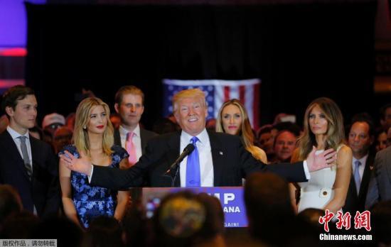 本地时刻5月3日,美国纽约,共和党总统提名人特朗普以肯定优势战胜别的一名共和党提名人克鲁兹,博得印第安纳州共和党内初选。领前克鲁兹公布发言,宣辞职出初选,特朗普根本确定2016年美国总统大选共和党党内提名。图为本地时刻5月3日,纽约曼哈顿,共和党美国总统提名人唐纳德・特朗普博得印第安纳州初选。