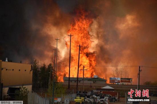 加拿大阿尔伯塔省工业区南麦克默里堡的山火持续蔓延