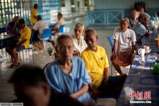 资料图:老人们聚在餐厅等待早餐。