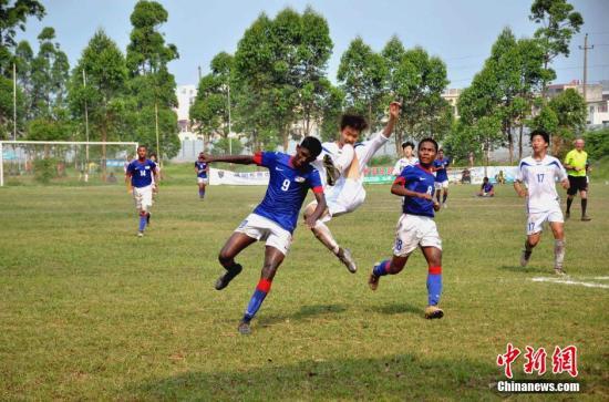 """5月5日,""""中信国安杯""""2016国际青少年足球邀请赛暨五一快乐足球周在广西北海落幕。在当天的U15组比赛中,韩国京畿道代表队2:2顽强逼平马来西亚队,最终通过点球大战赢得比赛,获得该组别的冠军。据介绍,共有68支队伍约1200人参加本次足球活动,其中参加足球邀请赛的有俄罗斯、韩国、越南、马来西亚等国家以及台湾地区共12支队伍,另有56支国内外球队参加快乐足球周活动。这是中国足球""""请进来、走出去""""的一次改革发展新道路的实践。图为韩国京畿道代表队和马来西亚队比赛瞬间。中新社记者 翟李强 摄"""