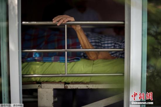 资料图:躺在养老院的老人们。