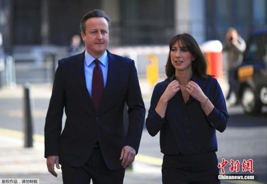 资料图:英国伦敦,伦敦市长选举举行,首相大卫·卡梅伦和夫人萨曼莎·卡梅伦投票。