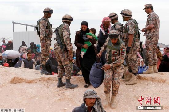 当地时间2016年5月4日,约旦首都安曼东部 Hadalat区,大批叙利亚难民在约旦叙利亚边境等待进入约旦。