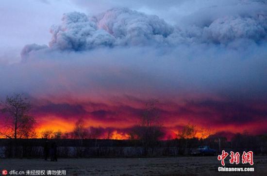 小城麦克暮瑞堡遭猛烈野火侵袭,已造成2死,约10万居民恐慌撤离。 图片来源:东方IC 版权作品 请勿转载