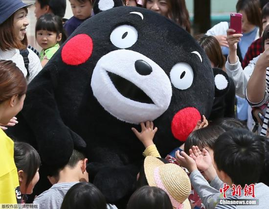 资料图片:当地时间2016年5月5日,日本著名的熊本熊在地震后3周首次亮相,它一出现就被小朋友们团团围住。熊本熊是熊本县营业部部长兼幸福部长,可谓是日本最著名的公务员。