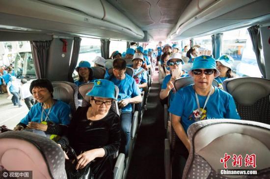 资料图片:2016年,中国某企业在去年送6400名雇员赴法国旅游后,这次西班牙旅游计划从5月4日开始,员工分别乘坐20架包机抵达马德里机场。图片来源:视觉中国
