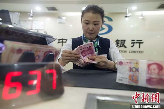 5月6日,山西太原,银行工作人员正在清点货币。 中新社记者 张云 摄