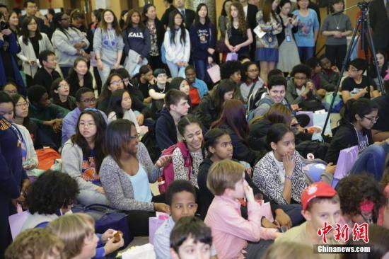 """资料图:当地时间2016年5月6日,来自美东地区10所中小学的200多名中小学生、教师、家长等来到中国驻纽约总领事馆,参加""""感知中国-美国中小学生走进总领馆""""活动。 <a target='_blank' href='http://www.chinanews.com/'>中新社</a>记者 廖攀 摄"""