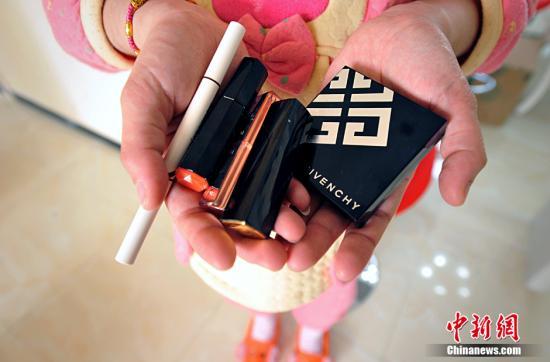 资料图:多种已经使用过的化妆品。(<a target='_blank' href='http://www.chinanews.com/' >中新网</a>记者 李霈韵 摄)