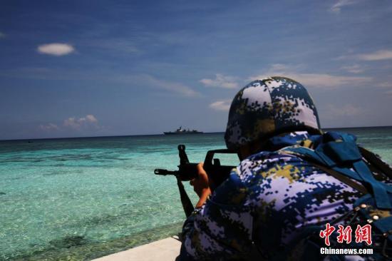 5月8日至9日,航行至中国南沙海域的中国海军南海舰队远海训练编队,对南沙各岛礁及附近海域进行巡航。在巡航过程中,远海训练编队带动守礁部队进行实战条件下的攻防演练,提升守礁部队的防卫作战能力。图为对登礁破袭人员进行阻击。<a target='_blank' href='http://www.chinanews.com/'>中新社</a>发 黎友陶 摄