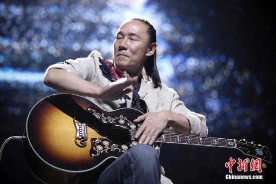 资料图:摇滚30年巡回演唱会现场。中新社记者 刘震 摄