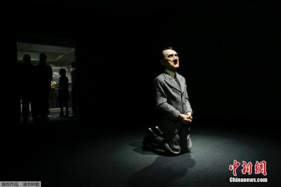 资料图:2016年5月10日消息,意大利艺术家卡特兰展示的一尊希特勒下跪雕像在纽约的佳士得拍卖会拍出1720万美元天价(约合1.12亿人民币),创下该艺术家作品拍卖的世界纪录。