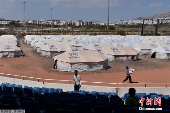当地时间2016年5月10日,希腊雅典,超过3500名难民在前奥林匹克曲棍球中心避难,这些难民主要来自阿富汗。
