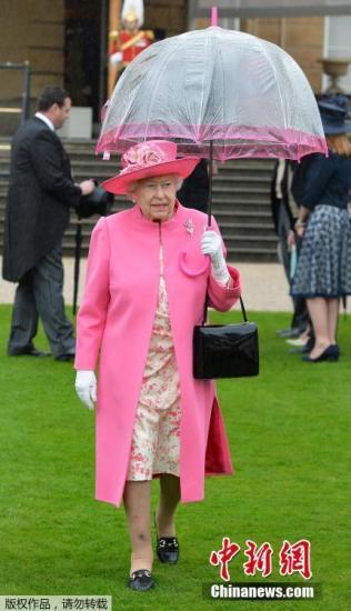 当地时间2016年5月10日,英国伦敦,白金汉宫举办2016年首个皇家游园会,共有多达8000名宾客出席。英国女王伊丽莎白二世、菲利普亲王、安德鲁王子、威塞克斯伯爵夫人苏菲格洛斯特公爵和公爵夫人出席。