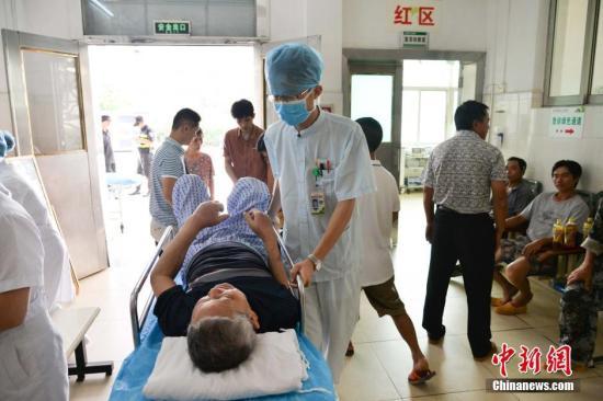 资料图:护士将病人转移到内科急诊室内。 洪坚鹏 摄