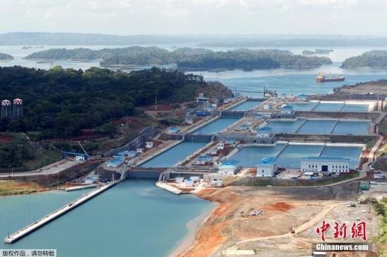 资料图片:世界最大的水闸式运河巴拿马运河。