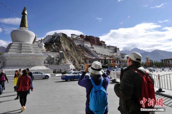 资料图:游客拍摄布达拉宫。中新社记者 李林 摄