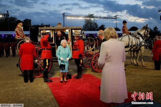 当地时间5月16日,英国女王伊丽莎白二世在温莎城堡举行90岁生日庆典,当天女王身着蓝色套装一头银发精神矍铄,和丈夫菲利普亲王乘坐马车到底庆典现场。当天的庆典活动上除了有马术表演之外,现场还挂出了女王的结婚照。