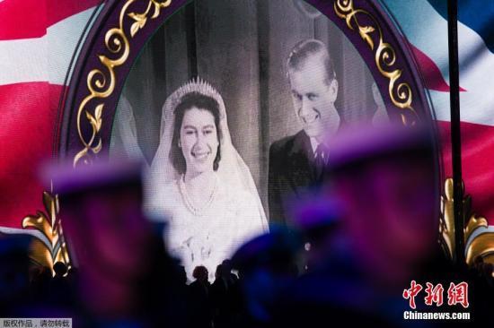资料图:英国女王和菲利普亲王的结婚照。