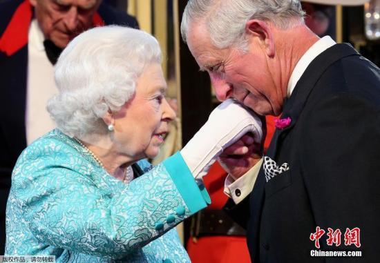 资料图:当地时间2016年5月16日,英国女王伊丽莎白二世在温莎城堡举行90岁生日庆典,当天女王身着蓝色套装一头银发精神矍铄,和丈夫菲利普亲王乘坐马车到底庆典现场。当天的庆典活动上除了有马术表演之外,现场还挂出了女王的结婚照。