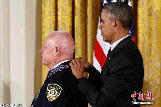 本地时刻5月16日,美国总统奥巴马在华盛顿为在勇敢作业中受伤的士官差人等颁布勇敢勋章。